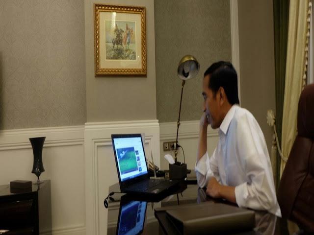 Presiden Joko Widodo menyaksikan pertandingan AFF 2016 lewat laptop