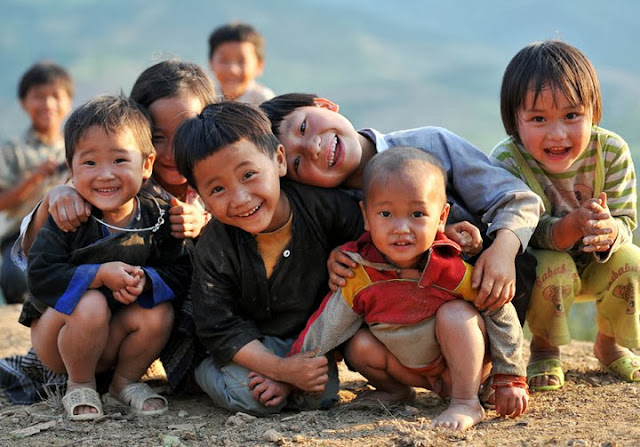 Những nụ cười ngô nghê bình yên của các em nhỏ