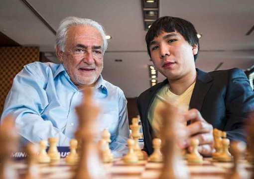L'ex-directeur général du Fonds monétaire international Dominique Strauss-Kahn et Wesley So au Paris Grand Chess Tour 2017 - Photo © site officiel