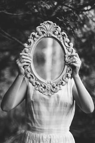 aquilo que ouvimos do outro é uma projeção do que ele acha que é, mas como ele não consegue ver a si mesmo, em um processo de espelhamento acha que vê em nós.