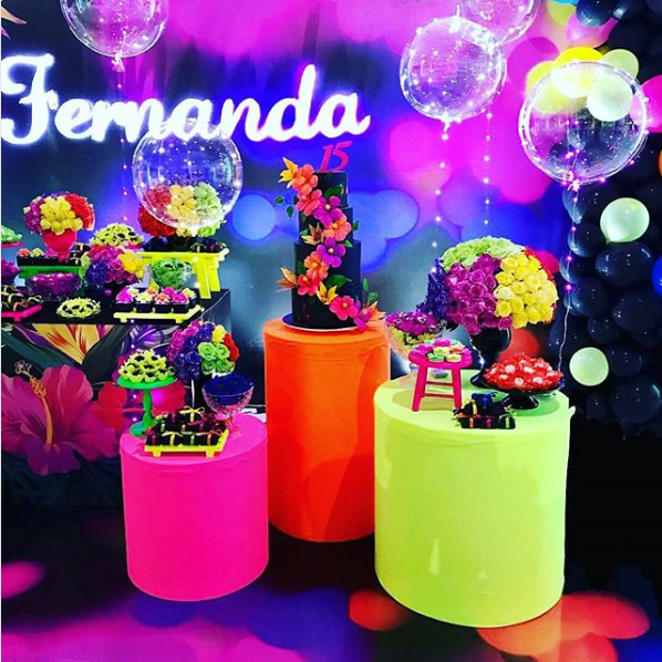 Fiesta de 15 a os tema ne n party for Chica morada y rosa habitacion deco