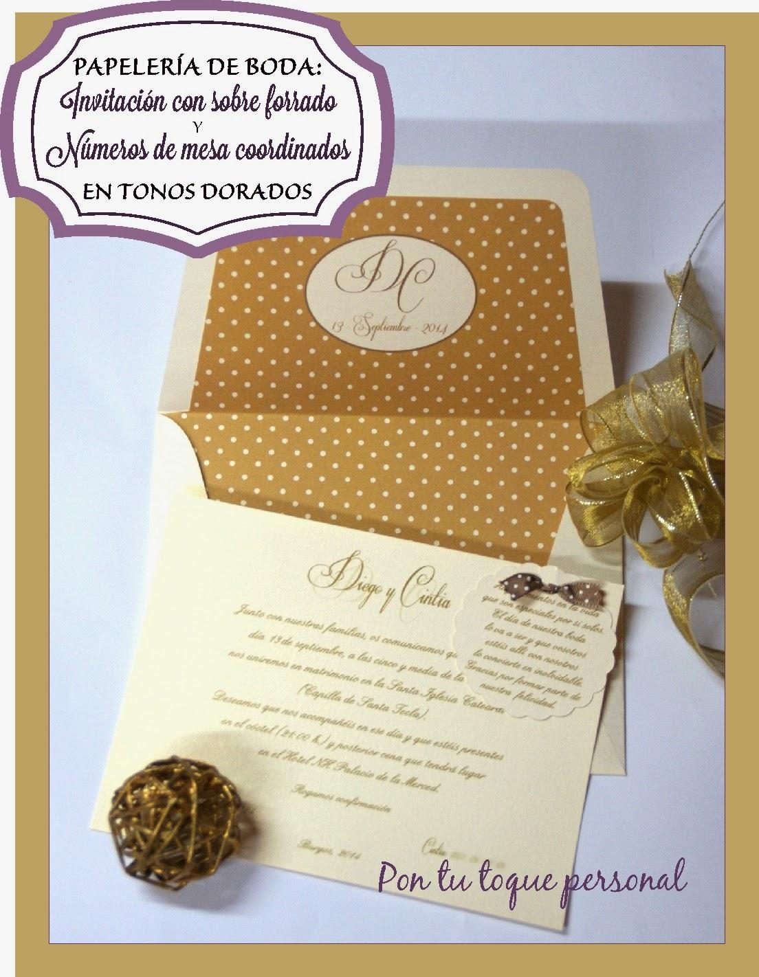 Papelería de boda: Invitación con sobre forrado y números de mesa coordinados en tonos dorados