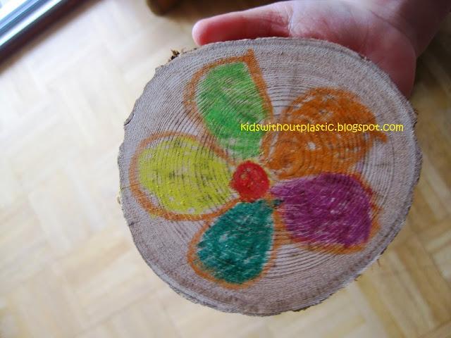 kwiatki na plasterkach drewna
