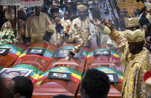 Etiopia Miles de personas despidieron a las victimas etíopes de un accidente de avión el domingo, acompañando a 17 féretros vacíos cubiertos con la bandera nacional por las calles de la capital mientras algunos de los familiares se desmayaban y caían al suelo.