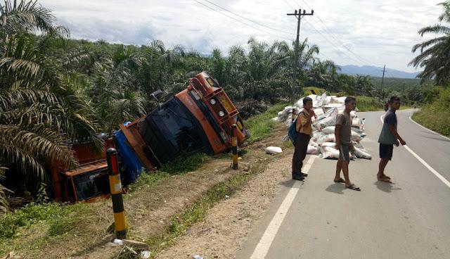 Dua truk yang bertabrakan di Jalan Simandiangin, Kecamatan Sosa, Kabupaten Padang Lawas (Palas), masih berada di pinggir jalan, kemarin.