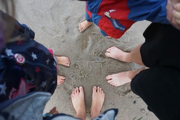 zdjęcie stóp rodzice i dzieci
