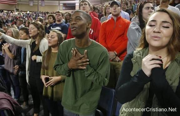 Culto de adoración en iglesia evangélica
