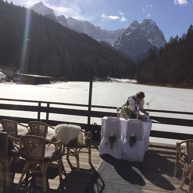 Freie Trauung in den Bergen, Winterfrühlingshochzeit in den Bergen im März, Berghochzeit im Riessersee Hotel Garmisch-Partenkirchen, Bayern, Wedding in Bavaria, March, spring, winter mountain wedding