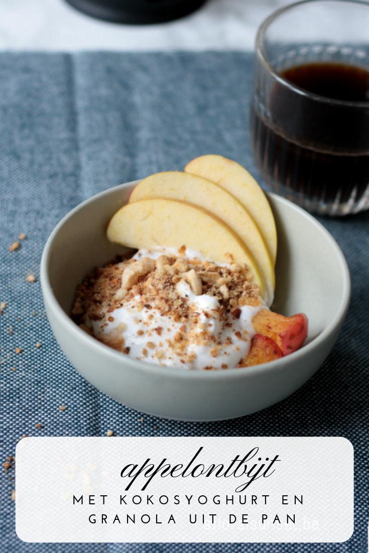 Ontbijt met gebakken appel, kokosyoghurt en granola uit de pan - a floral sunset