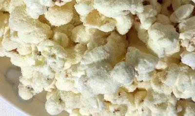 Deliciosa pipoca de leite ninho crocante e saborosa aqui no blog www.bolosdeliquidificador.com.br