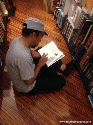 Lantai Kayu di Toko Buku Kinokuniya