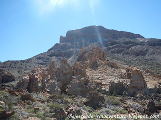 El Capricho con la montaña de Guajara al fondo