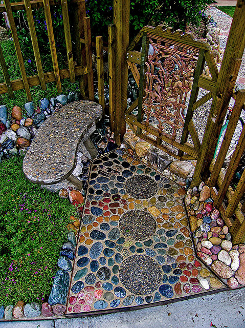Casual Casa: Cool river rock/pebble walkway