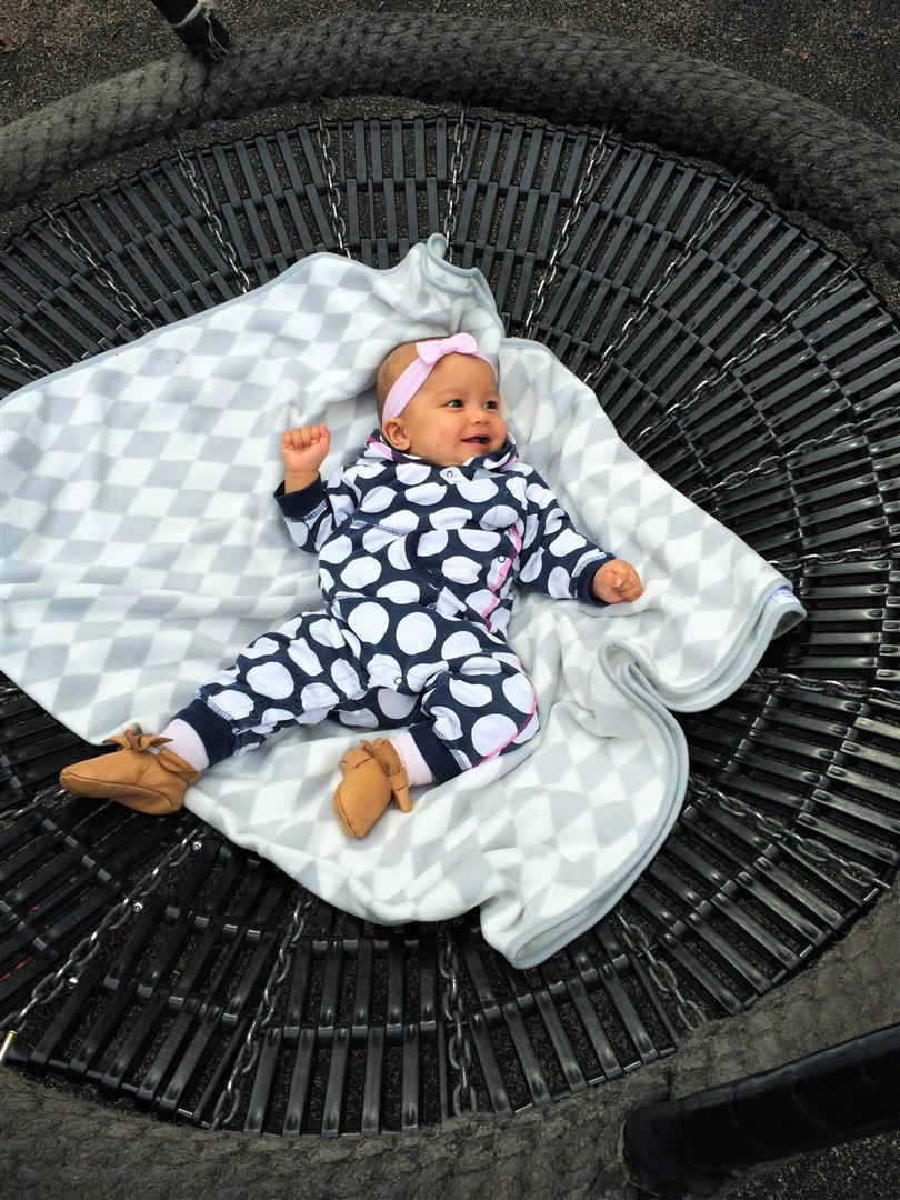 vauva keinuu
