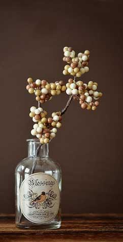 menghias botol kaca bekas kadang-kadang sangat mudah sekali, misalnya yang satu ini, cukup menambahkan ornamen berbentuk label klasik dan sebatang ranting dengan buah beri liar