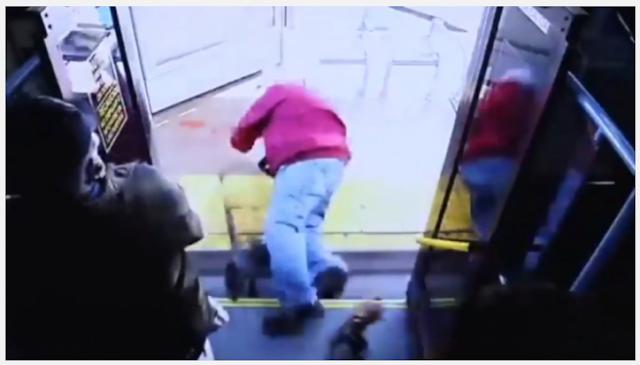 Γυναίκα έσπρωξε ηλικιωμένο από το λεωφορείο και τον σκότωσε (video) Προσοχή σκληρές εικόνες