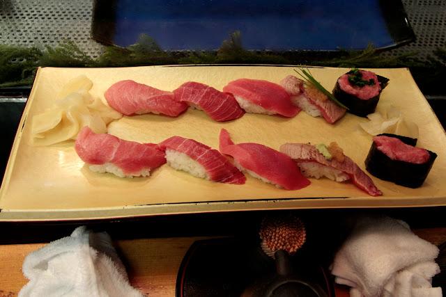 Selección de sushi de atún en un restaurante de la lonja de Tokio