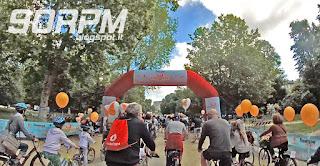 La folla di biciclette colorate, i palloncini, cani e bambini ovunque rendono subito l'idea allegra e festosa dell'iniziativa