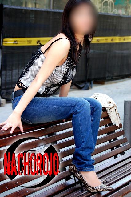 escort sentada en un banco de la gran via