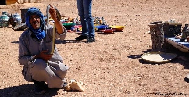 Ait Benhaddou, venditore di strada con serpente