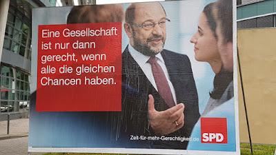 http://www.sueddeutsche.de/politik/wahlkampagne-der-sozialdemokraten-die-spd-verschiebt-die-attacke-1.3612587