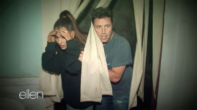 Ariana Grande es asustada en casa embrujada (VIDEO)