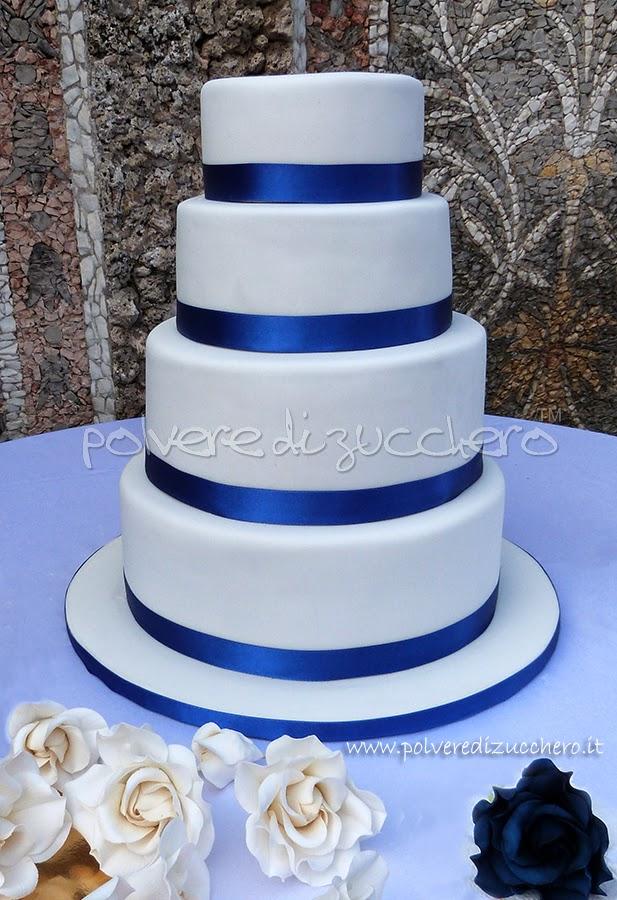 Torta nuziale con rose bianche e blu cina Wedding cake 4 piani bianca e blu cina  Polvere di