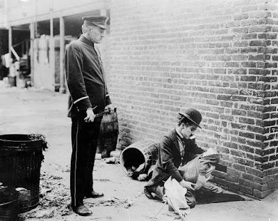 """Чарли Чаплин в фильме """"Малыш"""" (The Kid) (1921)"""