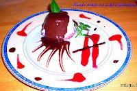 Bomba helada con salsa de frambuesa
