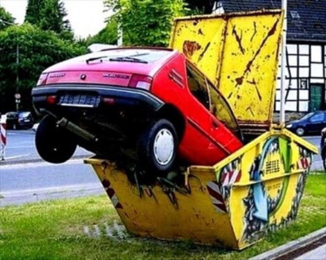 Un auto literalmente en la basura