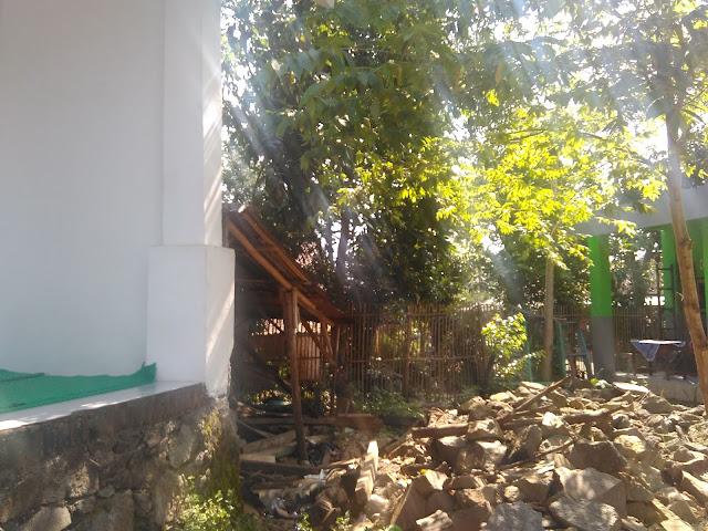 Batu untuk bahan pembangunan pagar sudah tersedia