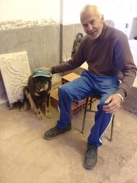 Der erste in der Kapelle in Casa Grande der fromme Hund des Kattecheten