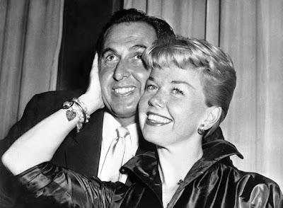 Doris Day posa ao lado do marido e agente Martin Melcher em foto de 1955, em Londres — Foto: Bob Dear/AP