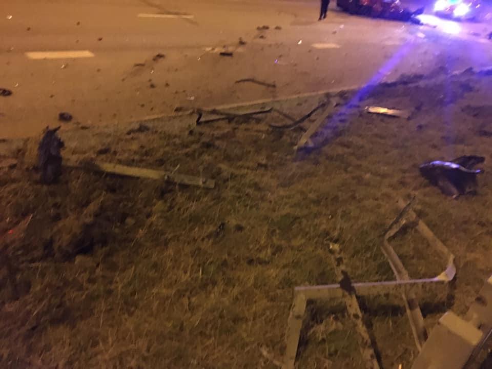 Metāla barjeras, kuras salauza avarējušais auto