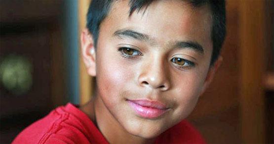 Este niño no tenía dinero para comprar LIBROS y leía el correo basura. Lo que un cartero hizo es SORPRENDENTE