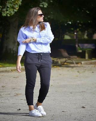 outfit para el trabajo con pants deportivos de moda