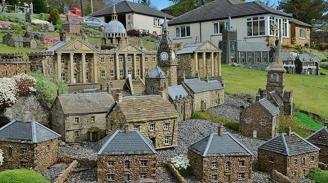 Izvrsna minijatura sela sagradjena u vrtu