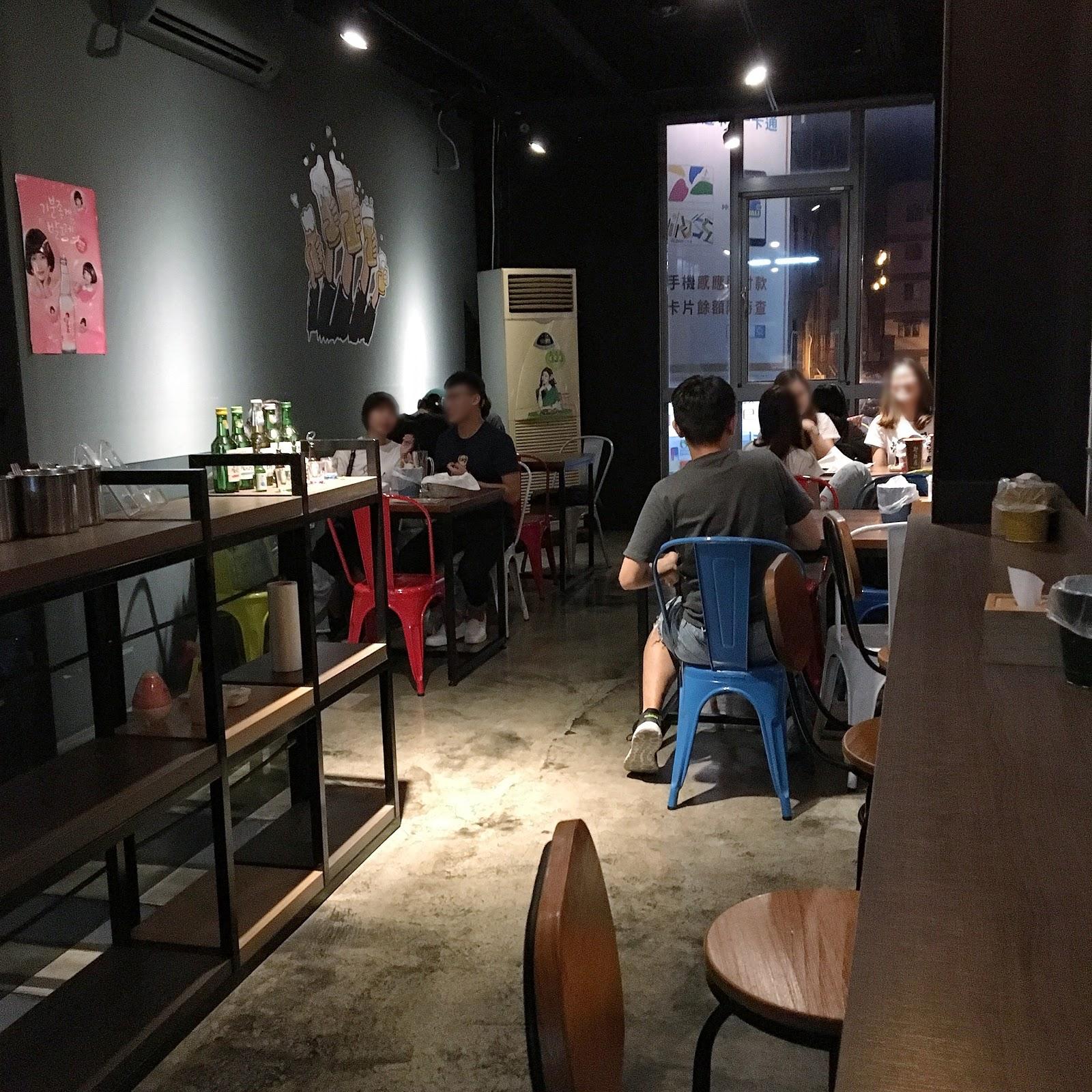 台南中西區美食韓國炸雞專賣店店內環境