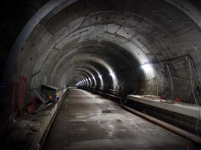 """Et par là, le coup d'œil vers le tunnel en direction de la station """"Gare""""..."""
