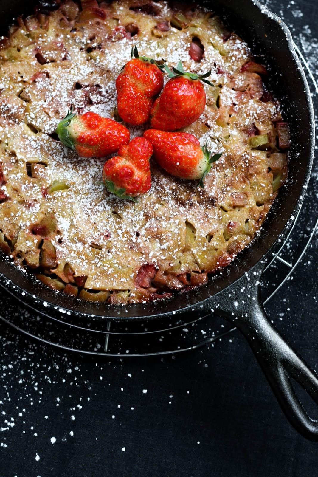 Dutch Baby, Ofenpfannkuchen, Erdbeeren, Rhabarber, Gusseisenpfanne