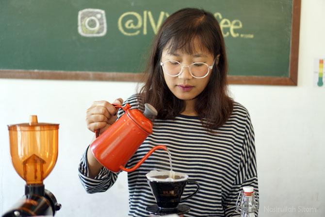 Meracik pesanan kopi manual brew