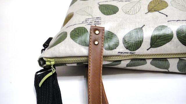 Женская сумка кроссбоди - водонепроницаемый натуральный хлопок и натуральная кожа. Застежка - молния. Есть длинный плечевой ремень. Регулируется по длине, снимается.
