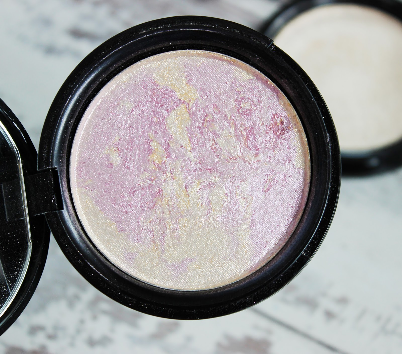 Phee's Makeup shop Rose Quartz Glow highlighter review