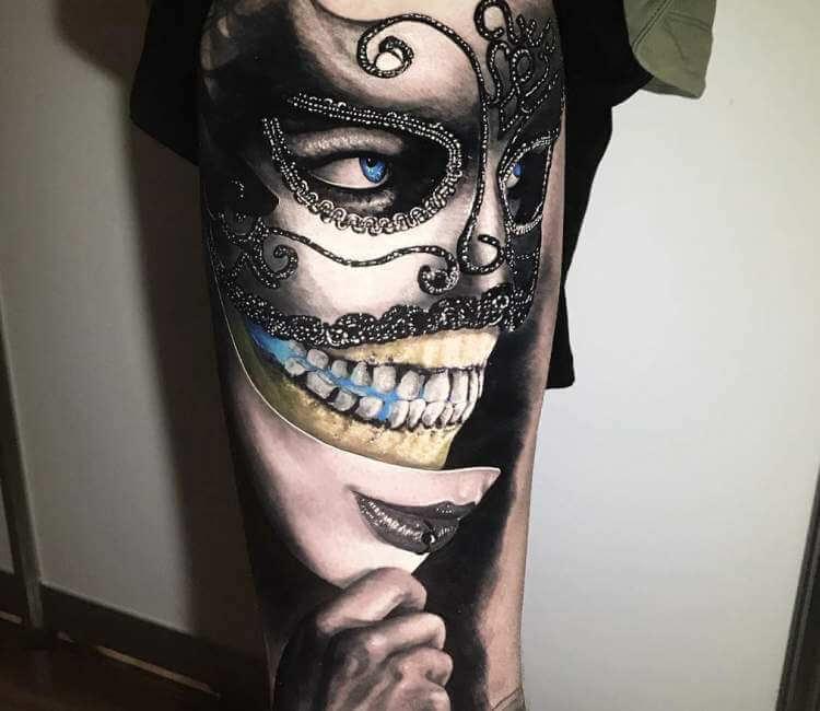 Tatuaje de un rostro que es una máscara y debajo vemos calavera