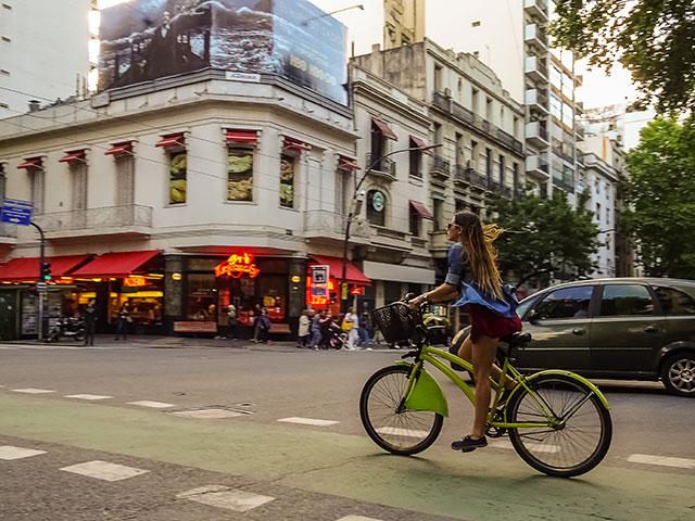 Joven turista recorre Buenos Aires en bicicleta del municipio.