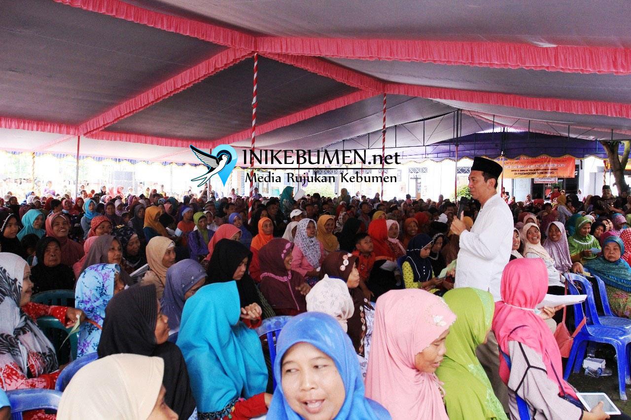 Bupati Kebumen Bagikan 5.000 Paket Sembako Gratis kepada Warga Dua Kecamatan