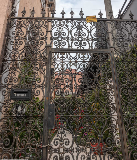 Detalhe das grades em uma casa na Alferes Poli