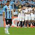 """Cada vez mais líder: Cássio pega pênalti, e Corinthians bate o Grêmio em """"final"""" na Arena"""