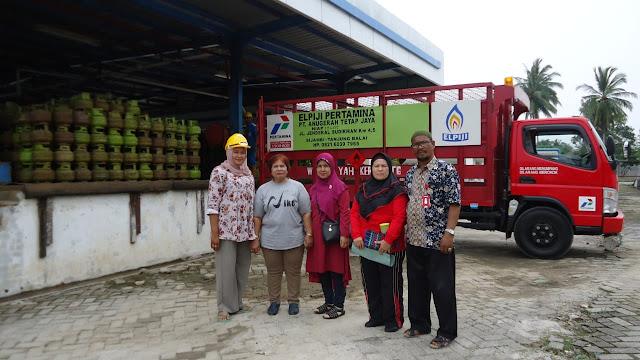 Petugas dari Pemko Tanjungbalai saat melakukan monitoring penyaluran gas lpg 3 kg di Kota Tanjungbalai.