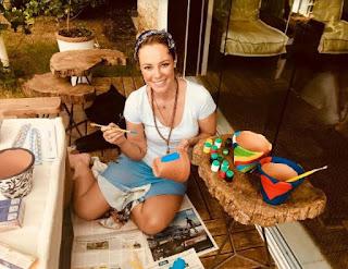 Bazar Paraíso dos Focinhos tem vasos pintados pela atriz Paolla Oliveira